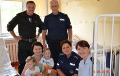 Więcej o: Suscy strażacy i policjanci w szpitalu z okazji dnia dziecka