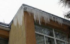 Więcej o: Obowiązek usuwania śniegu i nawisów lodowych z dachu